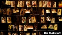 Fotografiile victimelor Genocidului, la memorialul din Kigali.