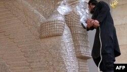 """Боевик """"Исламского государства"""" разрушает ассирийскую статую"""