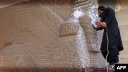 ИМ тобунун согушкери Ирактагы байыркы Ассириялыктарга таандык эстеликти талкалоодо. 25-феврал, 2015-жыл