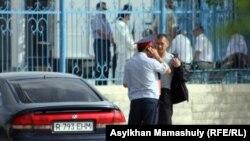 """Полицейский рядом со зданием, где проходит суд """"о беспорядках в Жанаозене"""". Актау, 14 мая 2012 года."""