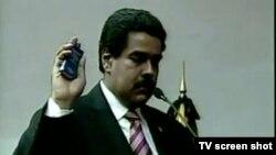Икки кун муқаддам Каракасда президент вазифасини бажарувчи ўлароқ қасамёдга келтирилган Николас Мадурони (суратда) собиқ президент Уго Чавес ўзига ворис қилиб белгилагани айтилади.