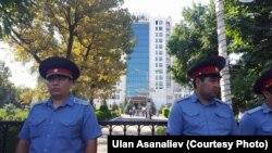 """Сотрудники милиции, оцепившие отель """"Ак-Кеме""""."""