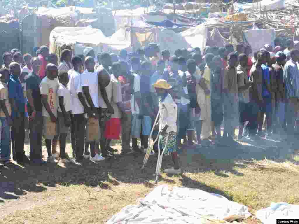 Черга у наметовому містечку постраждалих від землетрусу на Гаїті