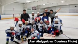 """Бишкек шаарынын хоккей боюнча балдардын курама командасы """"Barrington Ice Arena 2017"""" кубогунун жеңүүчүсү. Чикаго, АКШ. 5-декабрь, 2017-жыл."""