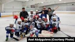"""Бишкек шаарынын хоккей боюнча жеткинчектердин курама командасы """"Barrington Ice Arena 2017"""" кубогунун жеңүүчүсү. Чикаго, АКШ, 5.12.2017-ж."""