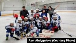Детская сборная Бишкека по хоккею после победы на кубке Barrington Ice Arena 2017 в Чикаго, США. 5 декабря 2017 года.