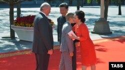 Александра Лукашэнку з сынам сустракаюць Сі Цзіньпін з жонкай