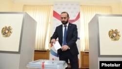Armenia -- Speaker Ararat Mirzoyan casts a ballot in a parliament vote on a resolution demanding the dismissal of Constitutional Court Chairman Hrayr Tovmasian, Yerevan, October 4, 2019.