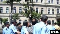 Polis etiraz aksiyasını dağıdır, Bakı, 26 may 2006