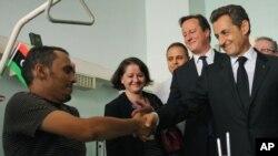 Дэвид Кэмерон и Николя Саркози в медицинском центре в Триполи, Ливия.