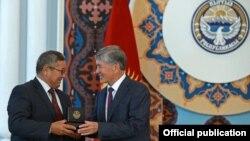 Gyrgyzystanyň prezidenti Almazbek Atambaýew raýatlary sylaglaýar, Bişkek, 10-njy iýun, 2015