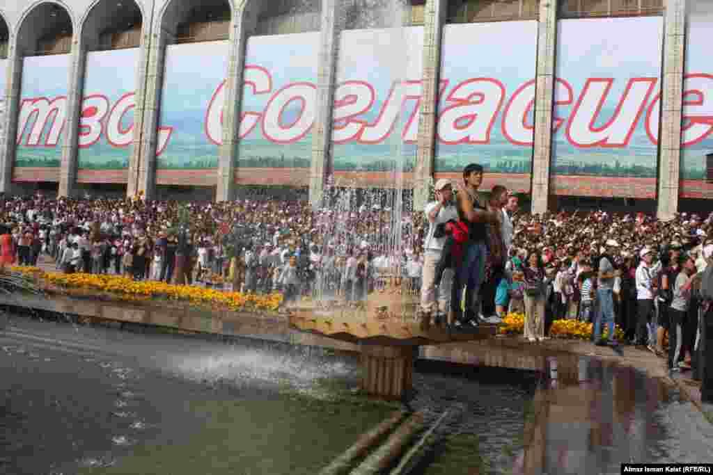 Центральная площадь Ала-Тоо была полна людей. Некоторые даже залезали на фонтаны, чтобы увидеть парад.