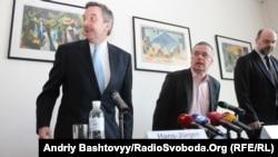 Маркус Льонінґ (праворуч) та Надзвичайний і Повноважний Посол Німеччини в Україні Ганс-Юрґен Гаймзьот, Київ, 12 квітня 2012 року