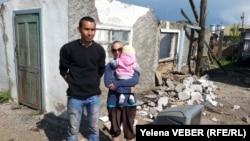 Семья Сыздыковых возле своего разрушенного после затопления дома. Нура, 17 мая 2015 года.