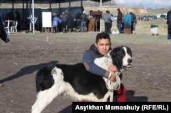 Молодой человек обнимает своего пса. Село Узынагаш, 10 ноября 2014 года.