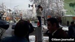 برخی تصاویر منتشر شده در شبکههای اجتماعی حاکی از آن است که دستکم، دو دختر و یک پسر با در دست گرفتن روسری، روز سهشنبه نیز به حجاب اجباری اعتراض کردهاند