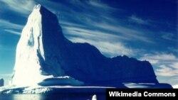 Сравнительно небольшой айсберг у берегов Гренландии