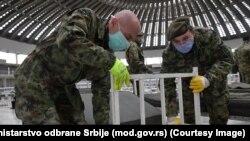 Sklapanje kreveta za potrebe privremene bolnice na Sajmu u Beogradu