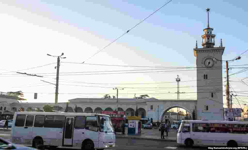 Симферополь, башня с часами. Железнодорожный вокзал крымской столицы и его самый узнаваемый элемент – башню с часами – возвели в 1951 году. Увенчанная красной звездой башня достигает 42 метра в высоту, а циферблат часов украшают фигуры знаков зодиака