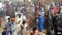Гумжардам баарына жетпей жатат. Синд провинциясында тамак кадимкидей талашка түштү, 18-август, 2010