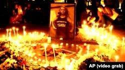 Stotine ljudi sa zapaljenim svijećama odavali počast i žalili Marinovu u njenom rodnom Ruseu i u Sofiji.