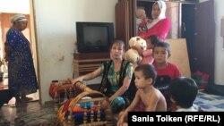 Семья репатриантов из Узбекистана в доме, предоставленном по программе «Нурлы кош» в селе Аппак. Мангистауская область, сентябрь 2016 года.