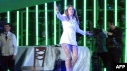 Америкалық поп әнші Дженнифер Лопес Түркіменстан президенті Гурбангулы Бердімұхамедовтің туған күнінде ән салып тұр. Аваза, Түркіменстан, 29 маусым 2013 жыл.