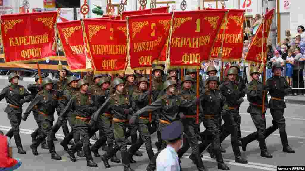 Военнослужащие в красноармейской форме образца 1943-1945 годов с копиями знамен советских фронтов завершающего этапа Второй мировой войны