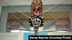 Экспазыцыя, асноўная частка якой — рассоўная мэталічная вешалка зь лінкора «Юлій Цэзар» — «Новарасійск»