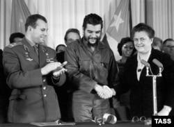 Юрій Гагарін (Л) і Ернесто Че Гевара (П)