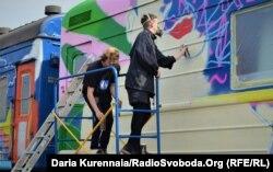 Художники раскрашивают вагон арт-поезда