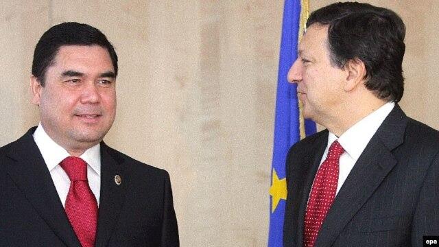 Turkmen President Gurbanguly Berdymuhammedov met with European Commission President Jose Manuel Barroso at EU headquarters in Brussels in November 2007.