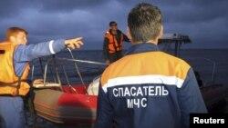 Сотрудники МЧС России ищут пропавших пассажиров затонувшего в Татарстане теплохода. 10 июля 2011 года.