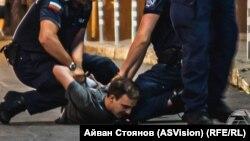 Арестът на Димитър Педев на Орлов мост, откъдето той минава на път към вкъщи. Моментът е уловен случайно от фотографа Айвън Стоянов.