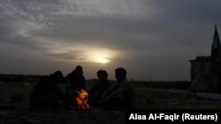 چند عضو ارتش آزاد سوریه در شهر داعل در نزدیکی درعا/ داعل همچنان در دست این گروه مخالف اسد است