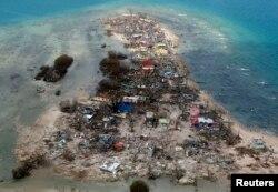 Один из разрушенных поселков на острове Самар