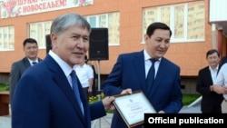 Президент КР Алмазбек Атамбаев и глава ГКНБ Абдиль Сегизбаев.