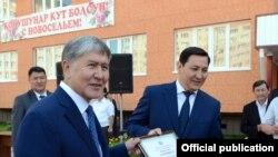 А.Атамбаев и А.Сегизбаев во время вручения ключей от квартир сотрудникам ГКНБ