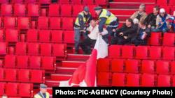 Швэдзкія ахоўнікі выкручваюць Анатолю Міхнаўцу рукі. Photo: PIC-AGENCY