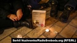 Заборона книги «Справа Василя Стуса»: кияни організували «читання при свічках» під Печерським райсудом – фоторепортаж