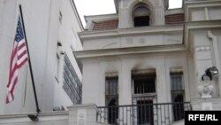 Zapaljena Američka ambasada u Beogradu