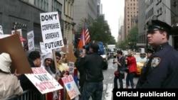 Հայկական սփյուռքի ներկայացուցիչները բողոքում են հայ - թուրքական արձանագրությունների սպասվող ստորագրման դեմ, Նյու Յորք, 3-ը հոկտեմբերի, 2009թ.