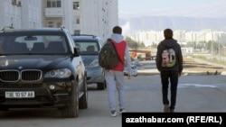 Туркменская молодежь (иллюстрация)