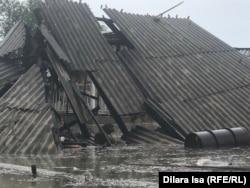 Разрушившийся под натиском воды дом в Оргебасе. 3 мая 2020 года.
