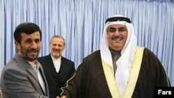 محمود احمدینژاد در کنار وزیر امور خارجه بحرین در سال ۲۰۰۹