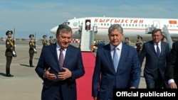 Президент Узбекистана Шавкат Мирзияев (слева) и президент Кыргызстана Алмазбек Атамбаев.