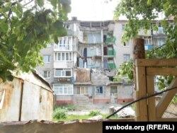 Рэха вайны: разбомблены пад'езд у Славянску яшчэ чакае рамонту
