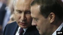 Президент России Владимир Путин и премьер-министр Дмитрий Медведев (архивное фото)