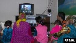Узбекская семья за просмотром сериала, архивное фото.