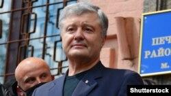 П'ятий президент України Петро Порошенко виступає біля Печерського районного суду. Київ, 1 липня 2020 року